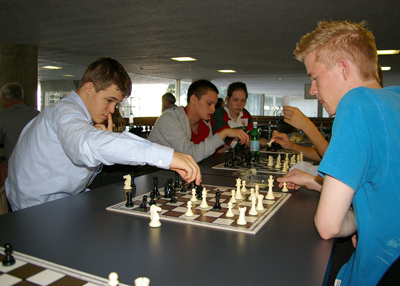 Carlsenanalyze400.jpg